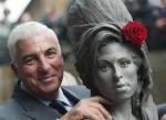 Papà di Amy Winehouse posa con la statua della figlia